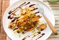 Жареная курица на рисовых блинчиках