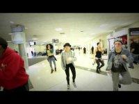 Подтанцовка Джастина Бибера устроила танцевальный флешмоб в аэропорту Атланты