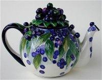 Чайник с ягодами черники