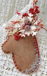 Оригинальная фетровая рукавичка для новогоднего украшения