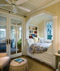 Идея для спальни: кровать на подоконнике