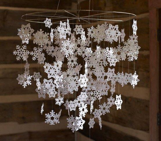 Украшения к Новому году: мобиль из снежинок