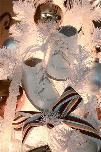 Оригинальное украшение елки детской обувью