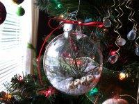 Прозрачный шарик на елку с орнаментом из букв