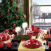 Сервировка новогоднего стола в красно-зеленой цветовой гамме