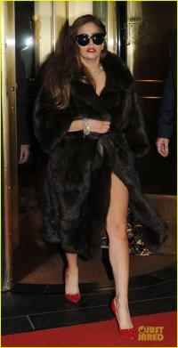 Леди Гага выходит из отеля