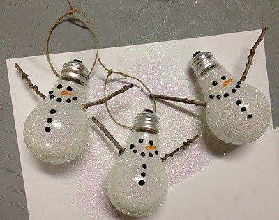 Поделки на Новый год: снеговики из лампочек
