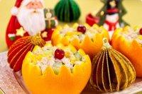 Новогодний салат с курицей и огурцами в апельсиновых креманках