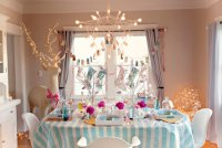 Новогодняя сервировка стола в яркой цветовой гамме