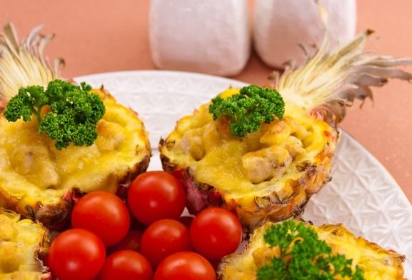 Ананасы, фаршированные курицей и запеченные под сыром