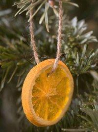 Игрушка на елку из дольки апельсина