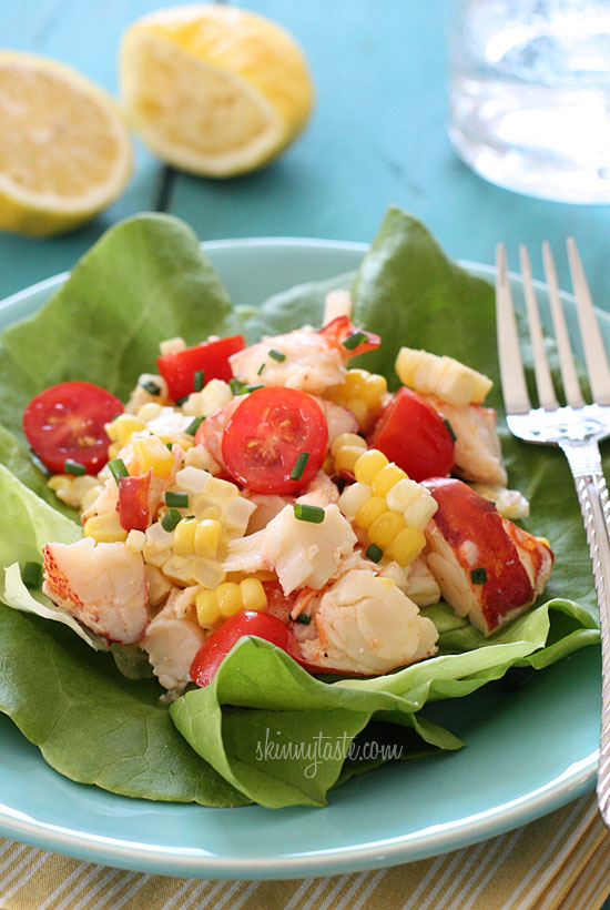 Новогодний салат с омарами, кукурузой и помидорами черри