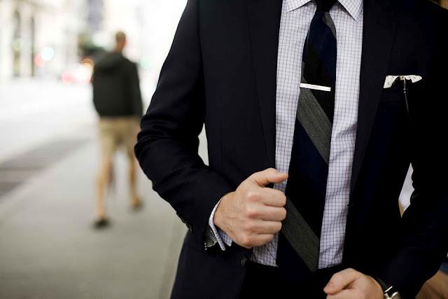 Как правильно носить аксессуары для галстука