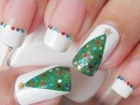 Идея для новогоднего маникюра: елочки с блестками