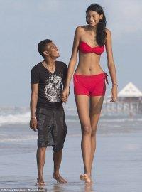 Самая высокая в мире девушка с бойфрендом