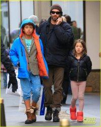 Хью Джекман на рождественском шоппинге с детьми