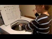 Мальчик-аутист играет на стиральной машине