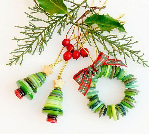 Новогоднее украшение из пуговиц