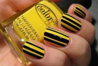 Черно-желтый полосатый маникюр