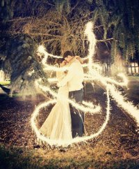 Идея для свадебной фотосессии с бенгальскими огнями