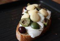 Необычная закуска: оливки с белым шоколадом