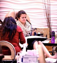 Селена Гомес делает себе маникюр и педикюр после расставания с Джастином Бибером