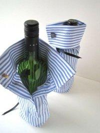 Креативная идея упаковки бутылки в рукав рубашки