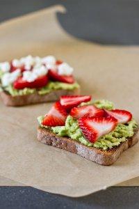 Полезный завтрак: тост с клубникой, авокадо и моцареллой
