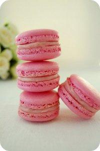 Розовые макаруны с малиновым ганашем