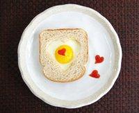 Романтический завтрак на День святого Валентина: яйцо в хлебе