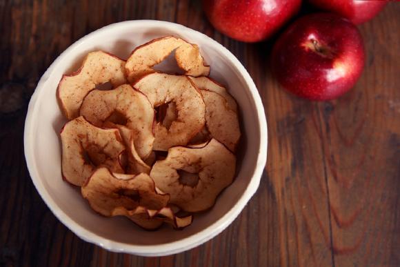 Яблочные чипсы с корицей