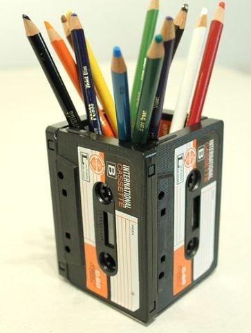 Подставка для карандашей из старых кассет