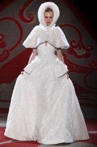 Свадебные головные уборы для зимы: накидка с капюшоном