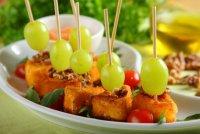 Панированный сыр камамбер с виноградом и грецкими орехами