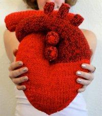 Уютное вязаное сердце ко Дню всех влюбленных