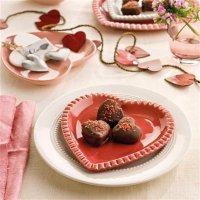Сервировка стола на День святого Валентина: тарелки-сердечки