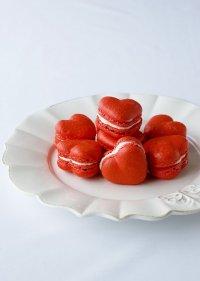Красные бархатные макаруны на День святого Валентина