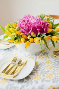 Весенняя композиция из цветов для украшения стола