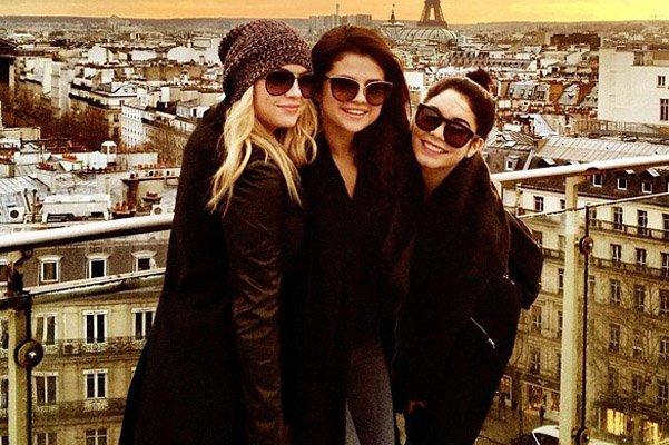 Эшли Бенсон, Селена Гомес и Ванесса Хадженс в Париже