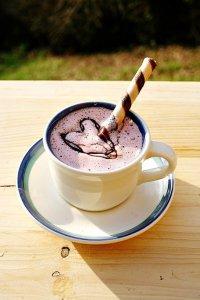 Горячий шоколад с розовой пенкой