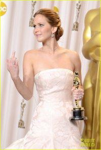 Дженнифер Лоуренс показала прессе средний палец
