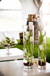 Оформление букета тюльпанов в вазе на 8 Марта