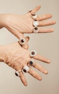 Мрачные украшения, которые никому не нравятся: кольца-глаза