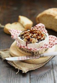 Камамбер с орехами и карамелью