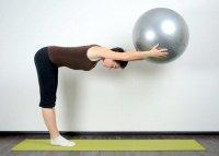 Упражнения на фитболе: вытягивание спины в положении стоя