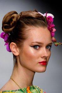 Модные весенние аксессуары для волос: цветы