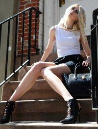 Тейлор Момсен на улицах Нью-Йорка