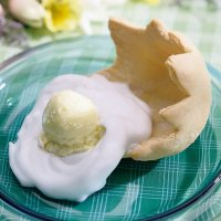 Печенье-скорлупка со взбитыми сливками и мороженым