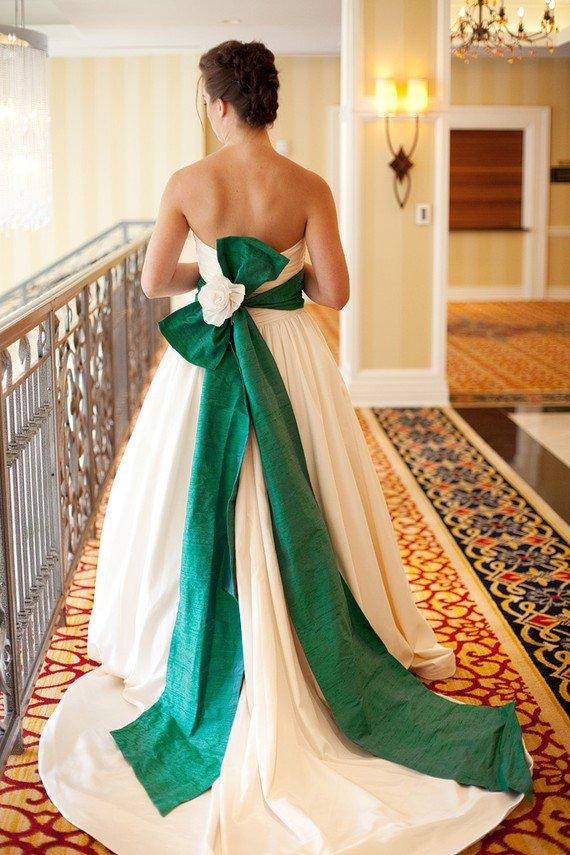 Украшение поясом платье