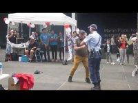 Танцующий дед и женщина-полицейский